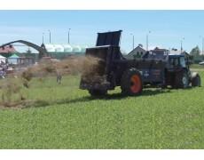 Rozrzutnik i wóz paszowy ALIMA i ciągnik rolniczy LANDINI